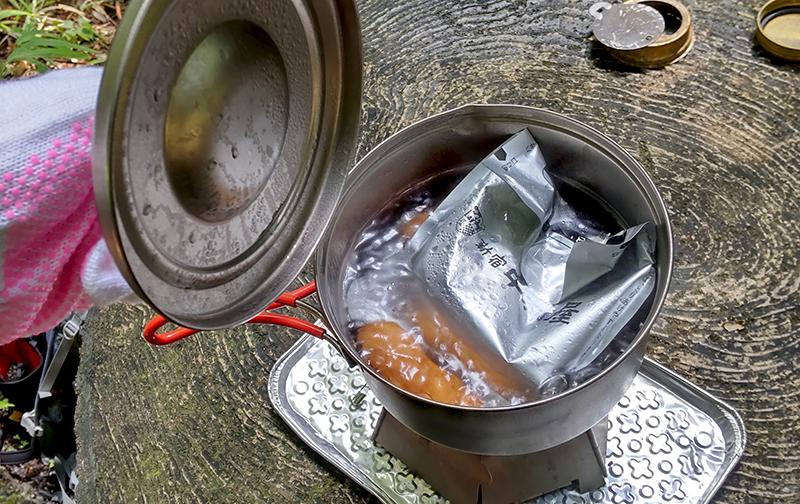 お湯を沸かしてカレーとウインナーをボイル